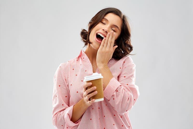 Jovem mulher feliz no pijama com x?cara de caf? foto de stock