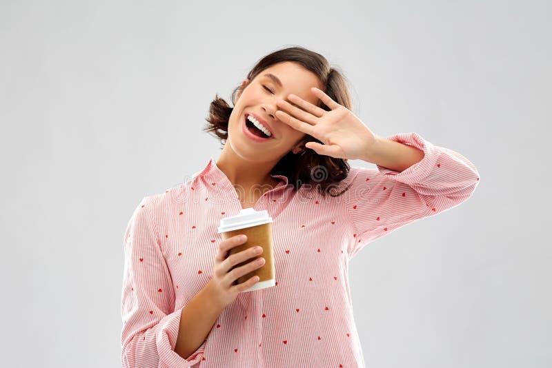 Jovem mulher feliz no pijama com x?cara de caf? imagem de stock