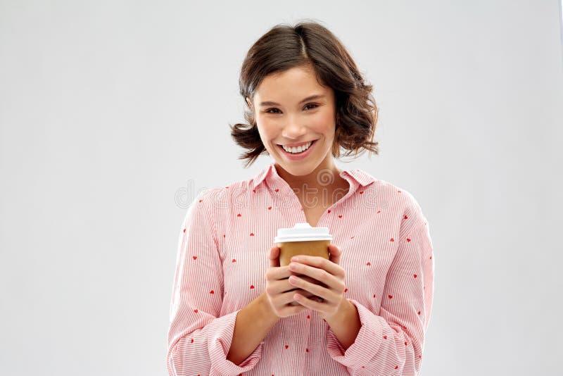 Jovem mulher feliz no pijama com x?cara de caf? fotografia de stock royalty free