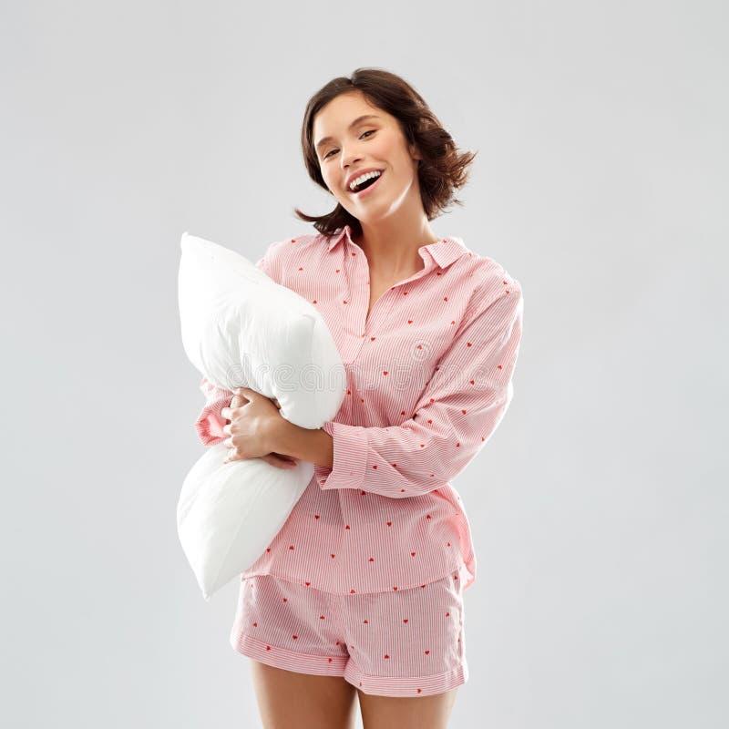 Jovem mulher feliz no pijama que abra?a o descanso fotografia de stock