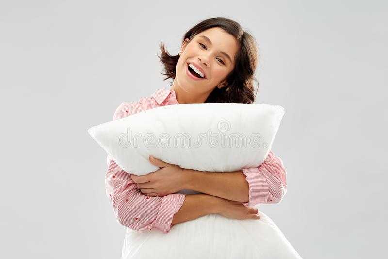 Jovem mulher feliz no pijama que abra?a o descanso imagens de stock