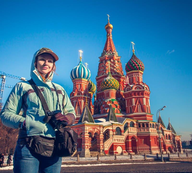 Jovem mulher feliz no quadrado vermelho em Moscou, Rússia foto de stock royalty free
