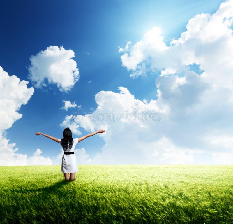 Jovem mulher feliz no vestido branco fotos de stock royalty free