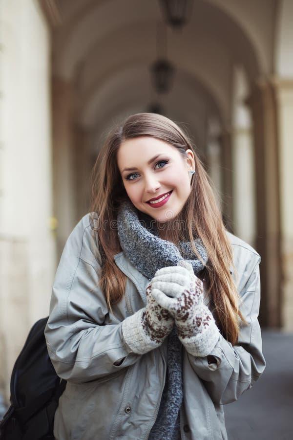 Jovem mulher feliz nos mitenes que sorri e que olha a câmera Cintura acima fotos de stock royalty free