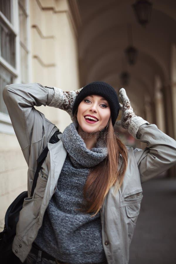 Jovem mulher feliz nos mitenes que sorri e que olha a câmera Fim acima fotografia de stock