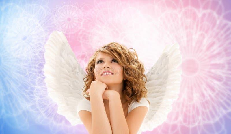 A jovem mulher feliz ou a menina adolescente com anjo voam imagem de stock