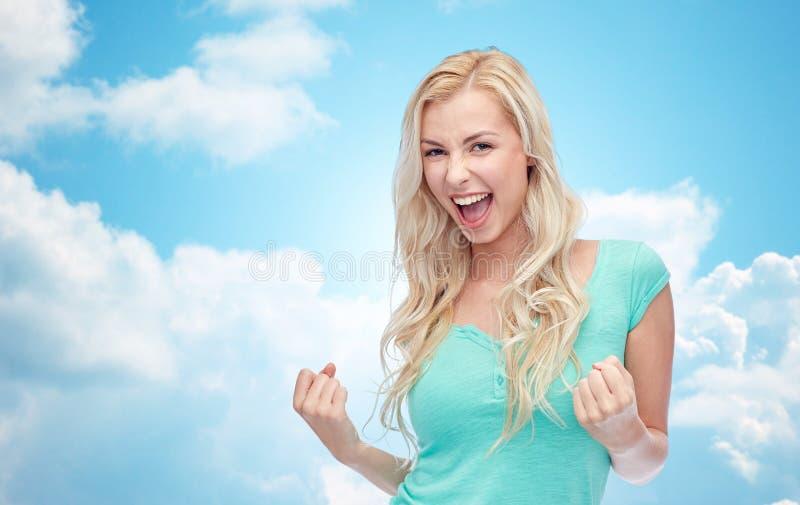 Jovem mulher feliz ou menina adolescente que comemoram a vitória fotos de stock royalty free