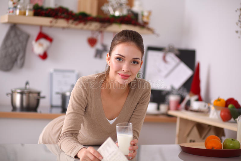 Jovem mulher feliz que come o café da manhã saudável dentro foto de stock