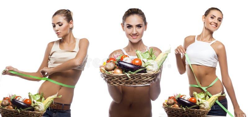Jovem mulher feliz que guarda a cesta com vegetal.  foto de stock