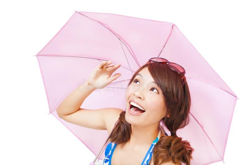 Jovem mulher feliz que guarda um guarda-chuva imagem de stock