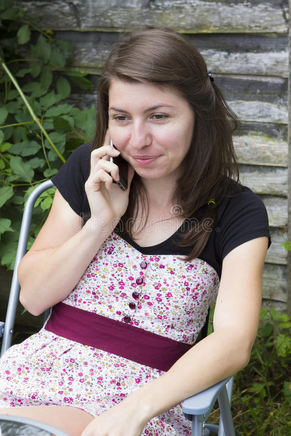 Jovem mulher feliz que recebe uma chamada fotos de stock royalty free