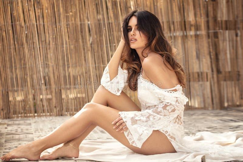 Jovem mulher feliz que relaxa, dia de verão imagens de stock royalty free