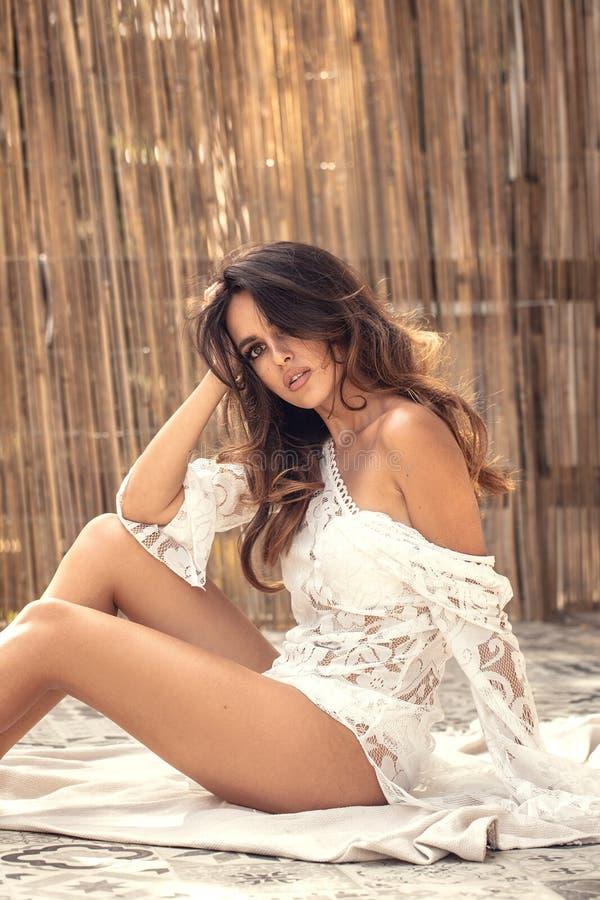 Jovem mulher feliz que relaxa, dia de verão fotos de stock