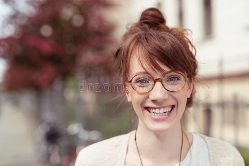 Jovem mulher feliz que veste em volta dos monóculos foto de stock royalty free