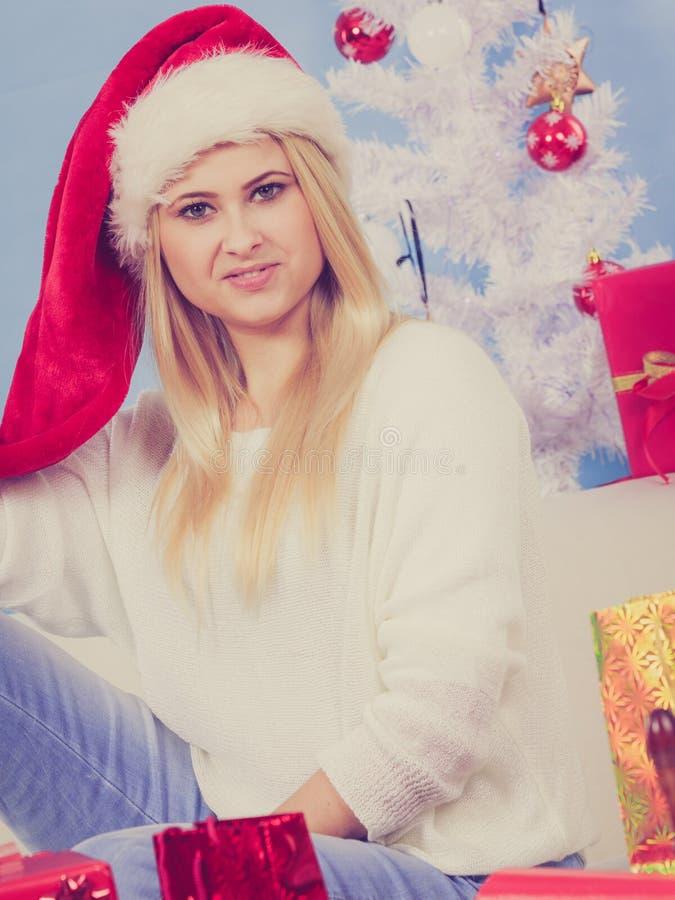 Jovem mulher feliz que veste o chap?u de Santa Claus imagens de stock
