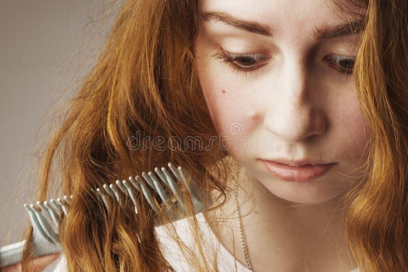 A jovem mulher forçada com cabelo longo desalinhado e bagunçado quer imagem de stock royalty free