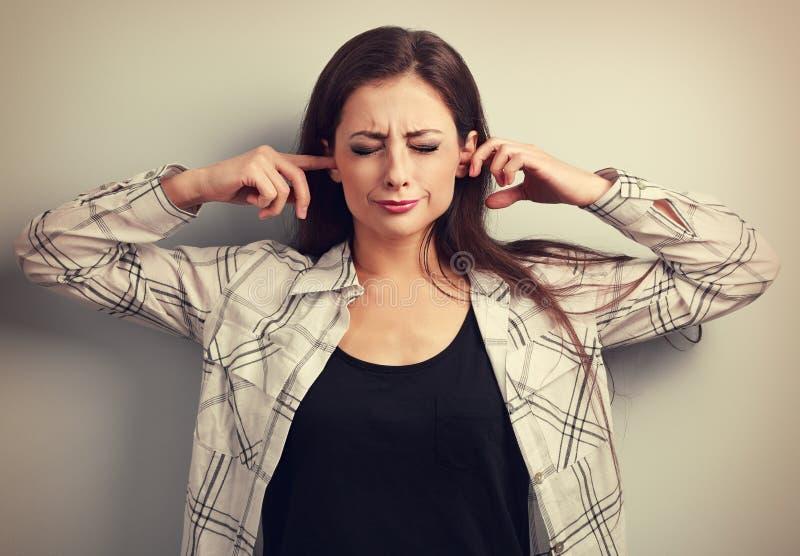 Jovem mulher forçada infeliz para não querer escutar e coberta fotografia de stock royalty free