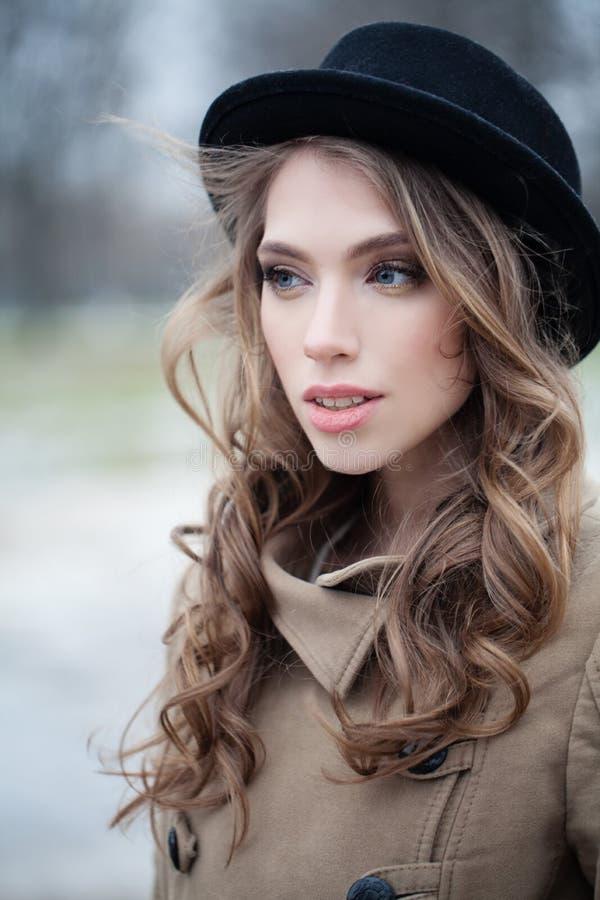 Jovem mulher fora, retrato do close up no parque fotografia de stock royalty free