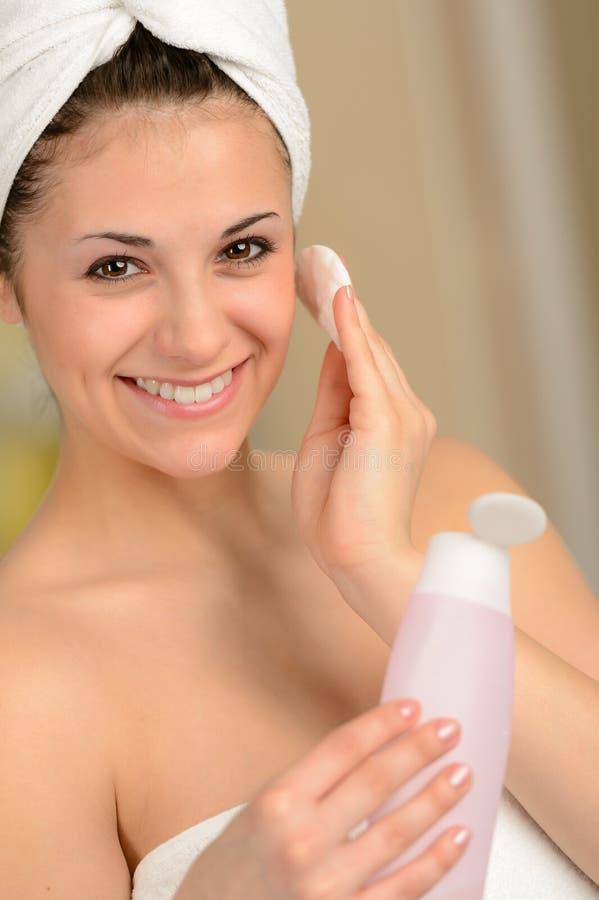 Jovem mulher fresca que usa o produto do skincare imagem de stock royalty free