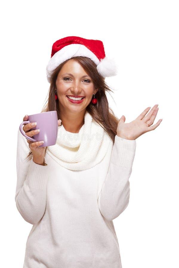 Jovem mulher fria em um chá sorvendo do café do chapéu de Santa imagem de stock