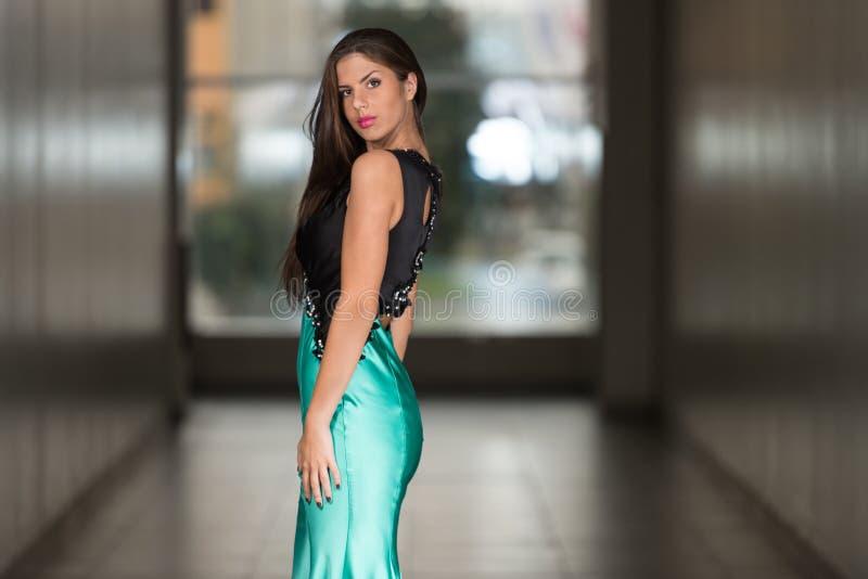 Jovem mulher glamoroso no vestido do estilo elegante imagens de stock royalty free