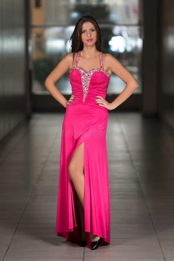 Jovem mulher glamoroso no vestido do estilo elegante foto de stock royalty free