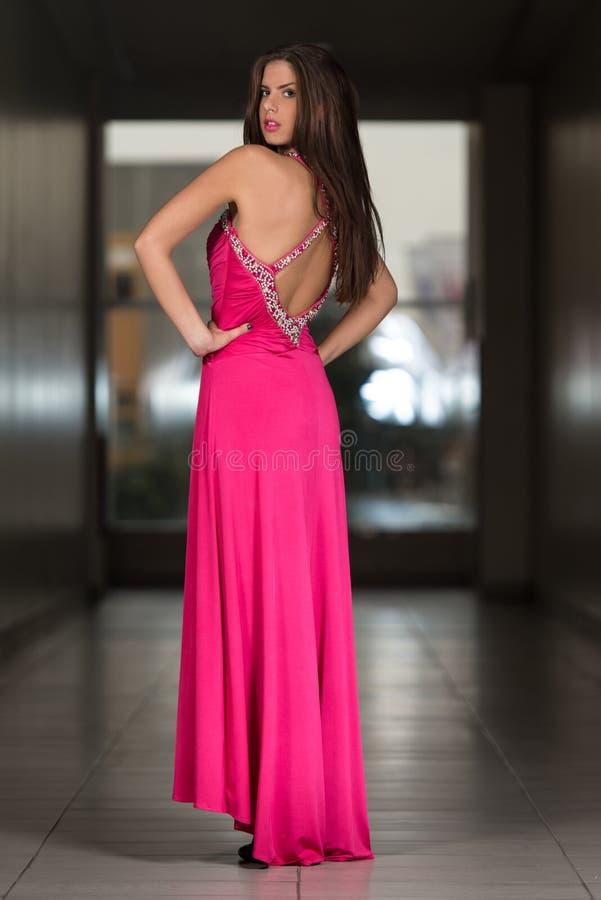 Jovem mulher glamoroso no vestido do estilo elegante fotografia de stock royalty free