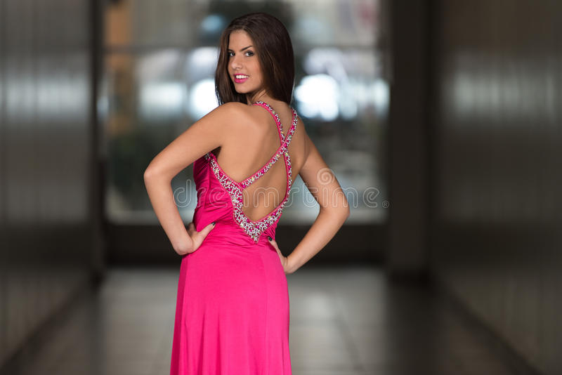 Jovem mulher glamoroso no vestido do estilo elegante fotos de stock royalty free