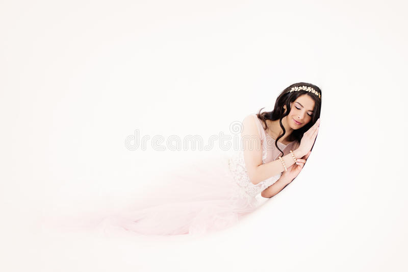 Jovem mulher glamoroso no vestido elegante foto de stock royalty free