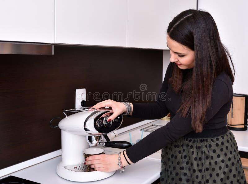 Jovem mulher grávida que faz o café fotos de stock royalty free