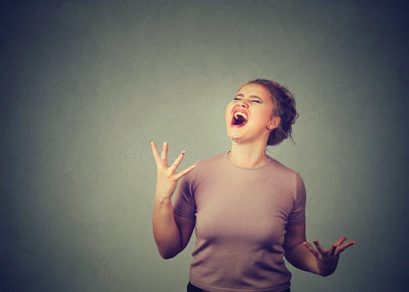 Jovem mulher gritando na loucura fotos de stock