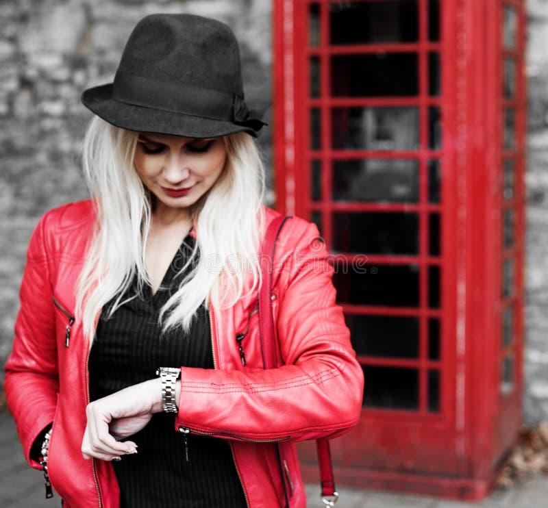 Jovem mulher impaciente que verifica seu relógio imagens de stock