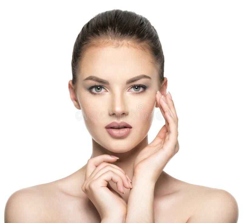 A jovem mulher importa-se com a cara da pele - isolada no branco imagens de stock royalty free