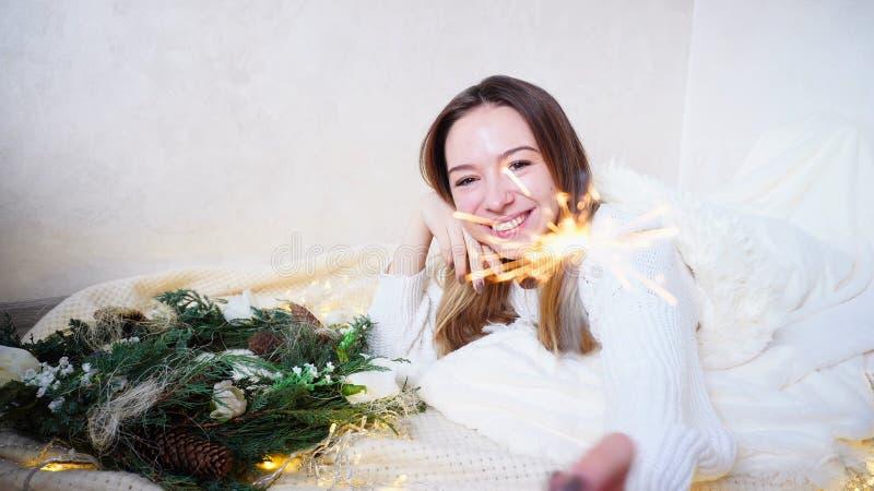 A jovem mulher impressionante sente a aproximação do ano novo e faz o desejo, fotos de stock royalty free