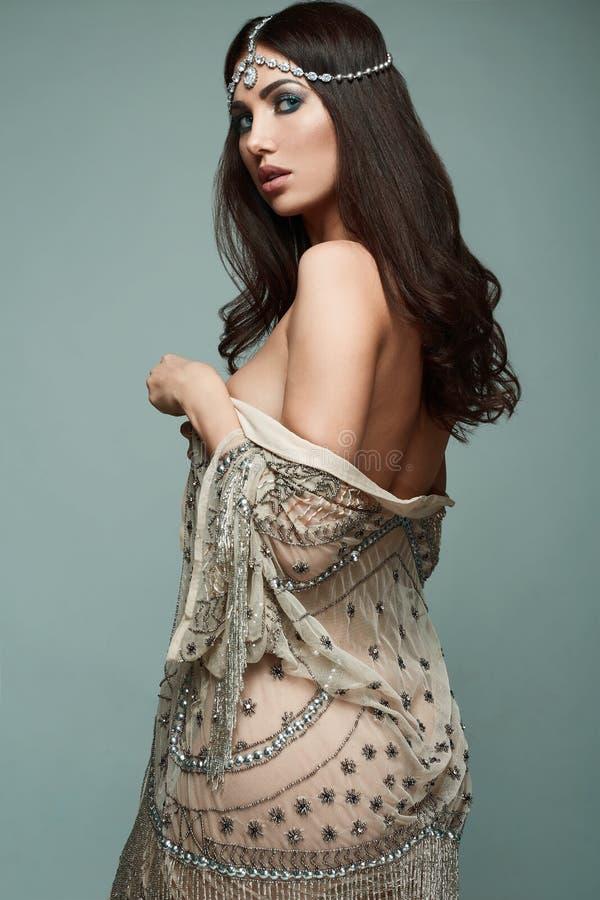 Jovem mulher indiana bonita da morena do estilo fotografia de stock royalty free