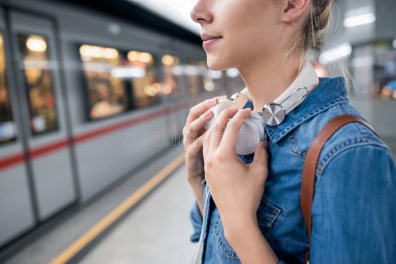 Jovem mulher irreconhecível na plataforma subterrânea, esperando fotografia de stock