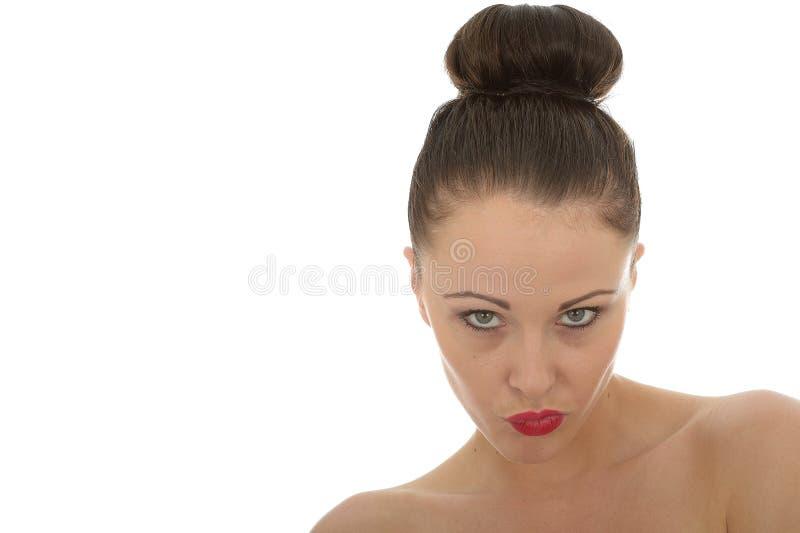Jovem mulher irritada bonita que brilha na câmera em A muito mau foto de stock royalty free