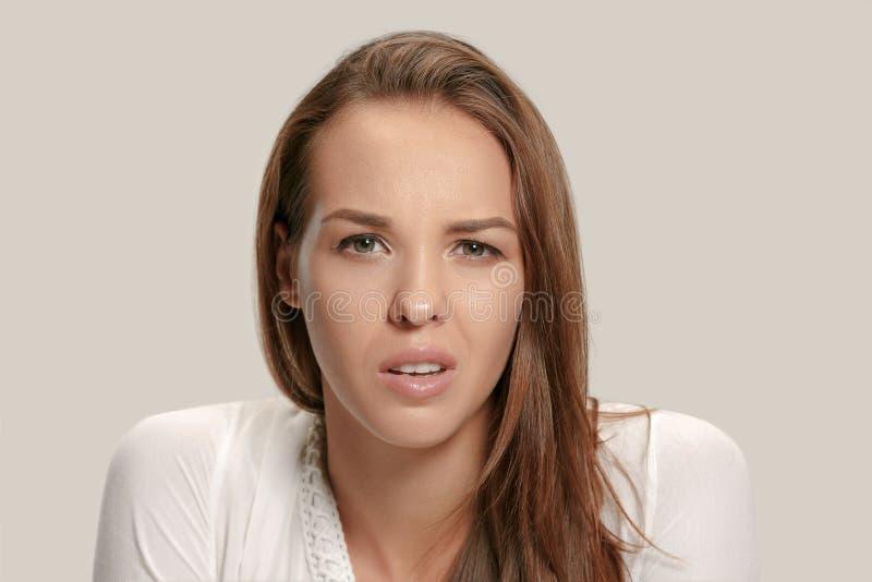Jovem mulher irritada que sente frustrada com algo Expressões faciais, emoções e sentimentos humanos foto de stock