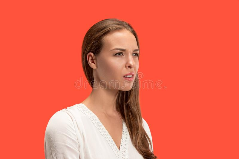 Jovem mulher irritada que sente frustrada com algo Expressões faciais, emoções e sentimentos humanos foto de stock royalty free