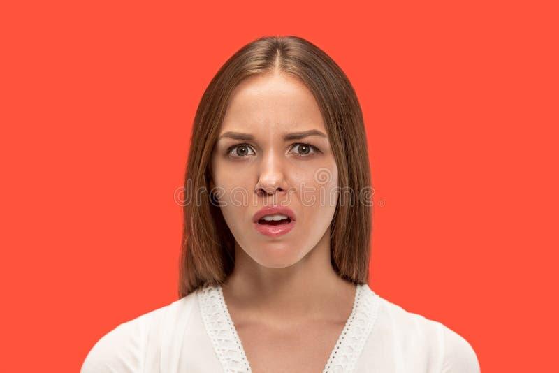Jovem mulher irritada que sente frustrada com algo Expressões faciais, emoções e sentimentos humanos imagem de stock