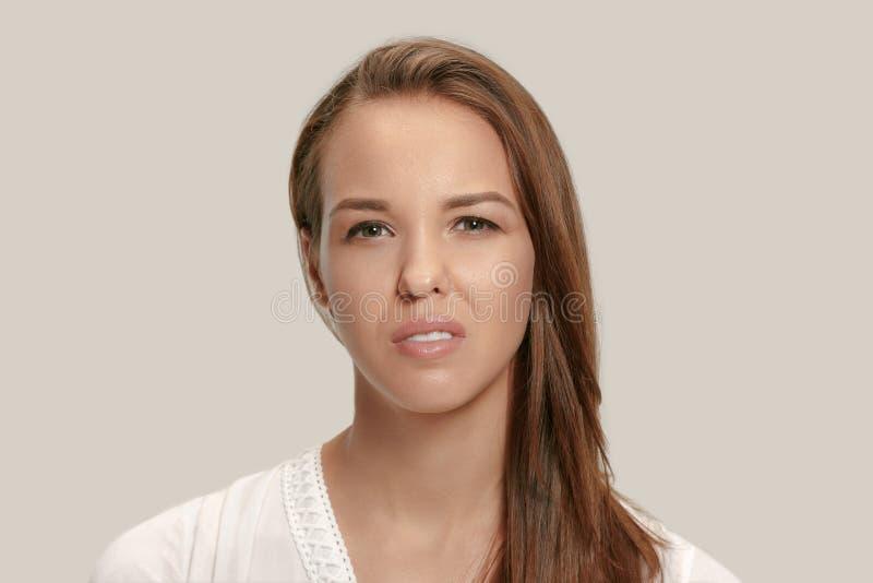 Jovem mulher irritada que sente frustrada com algo Expressões faciais, emoções e sentimentos humanos imagens de stock