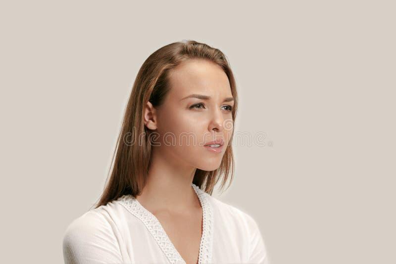 Jovem mulher irritada que sente frustrada com algo Expressões faciais, emoções e sentimentos humanos fotos de stock