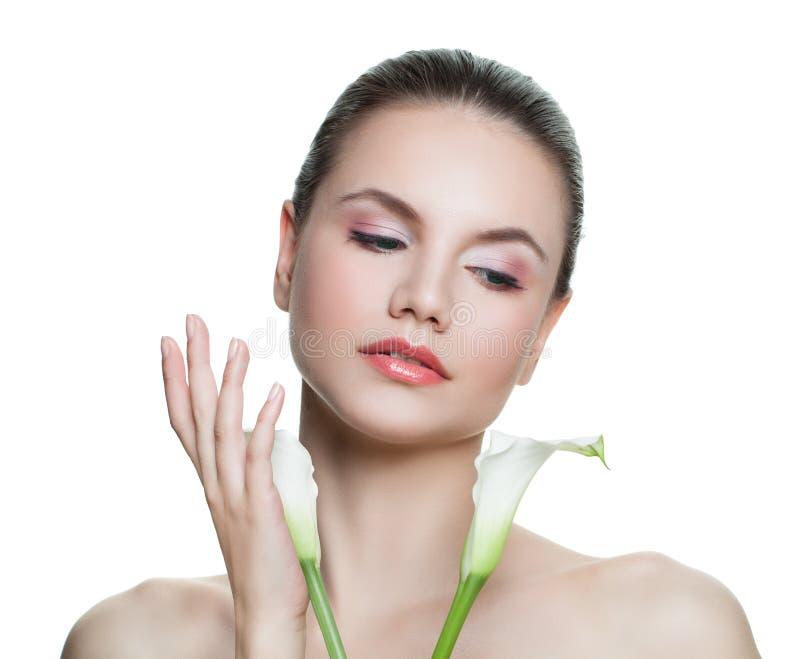 Jovem mulher isolada com flores brancas Conceito facial do tratamento, da cosmetologia, da beleza, do skincare e dos termas imagem de stock