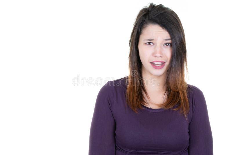 Jovem mulher isolada em um fundo branco que indica expressões confusas faciais foto de stock royalty free