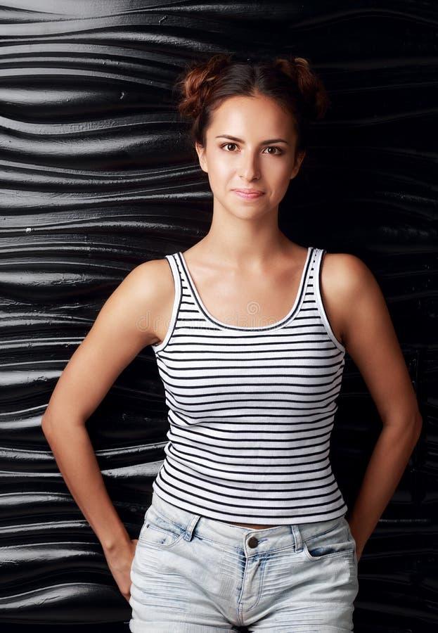 Jovem mulher latino-americano bonito com penteado do divertimento no short ocasional imagens de stock