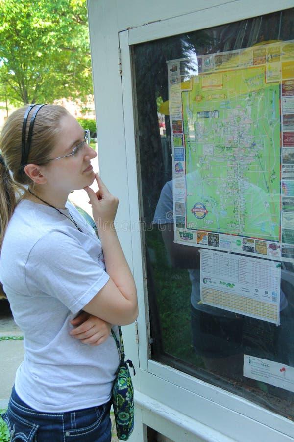 Jovem mulher, lendo o guia do mapa, Keene do centro, New Hampshire imagens de stock