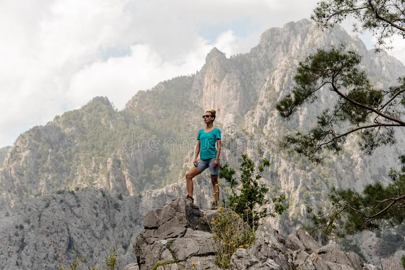 A jovem mulher levanta sobre a montanha foto de stock