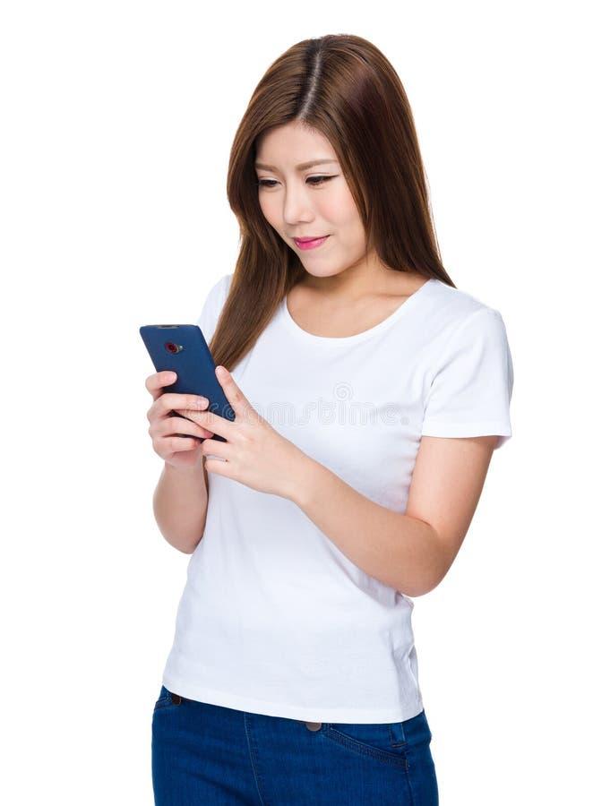 Jovem mulher lida no smartphone foto de stock royalty free