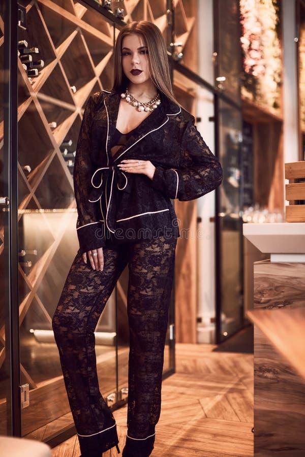 Jovem mulher lindo da beleza no interior foto de stock royalty free