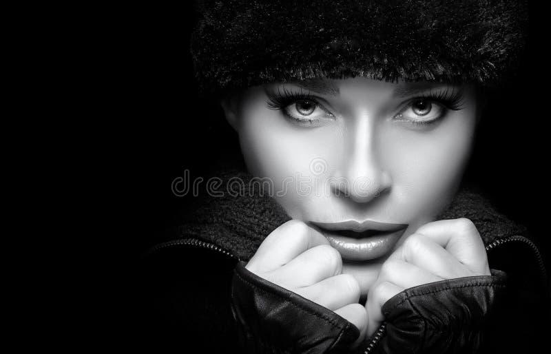 Jovem mulher lindo na forma preta do inverno Portrai monocromático foto de stock